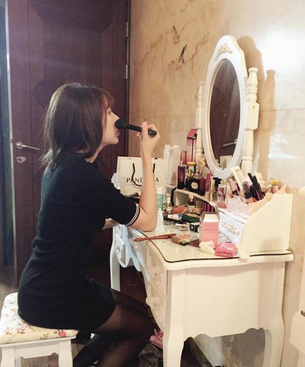 Bàn trang điểm giúp các chị em makeup dễ dàng hơn